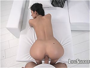 Black-eyed chick squirms while being adorned in scorching jizz