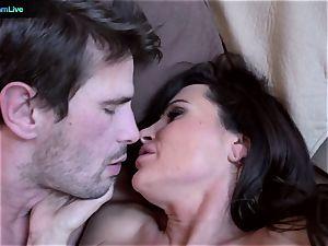 milf sex industry star Lisa Ann goes for a morning hookup